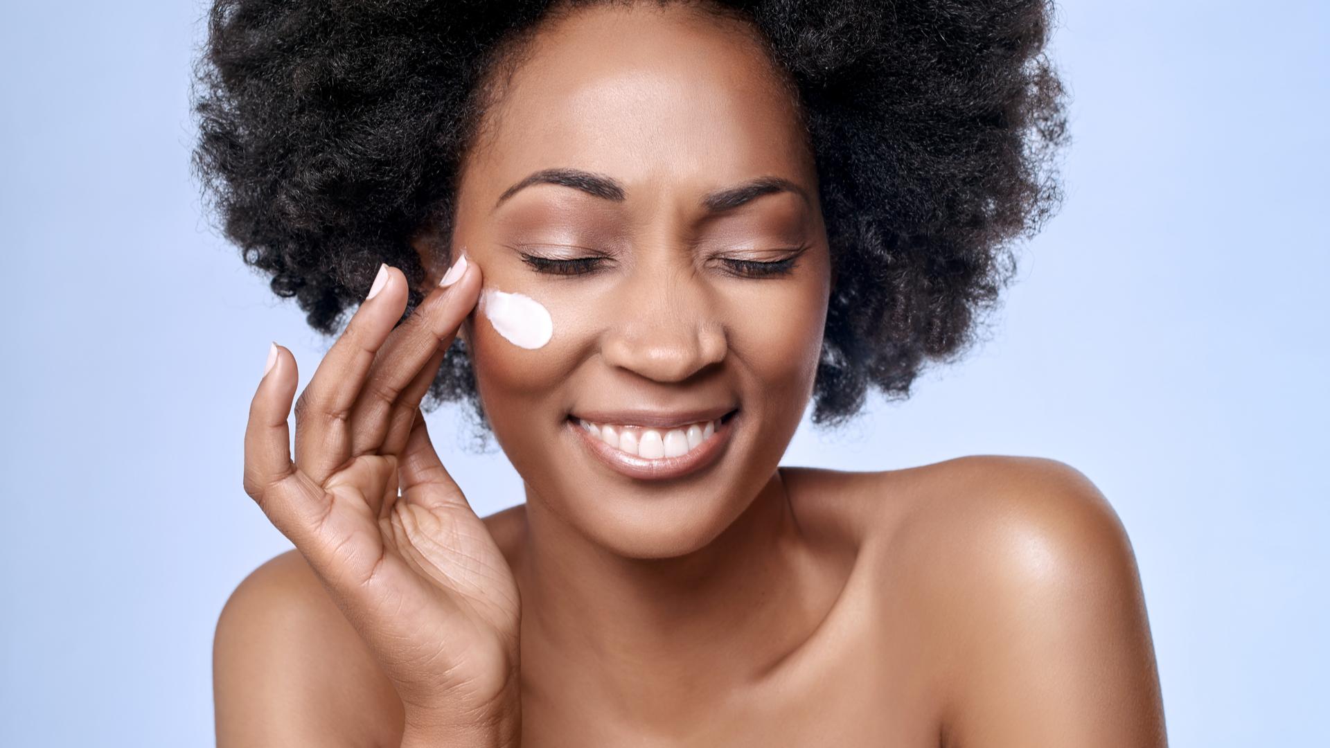 Saiba quais fatores atraem riscos de contaminação para cosméticos embalados em potes plásticos rígidos